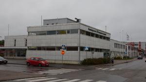 Ett marmorfärgat hus i Karis som heter Fokus, bland annat biblioteket finns i byggnaden.