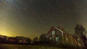 Stjärnklar himmel.