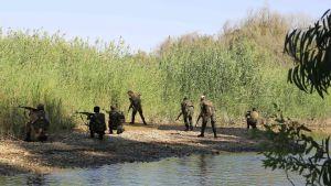 Syriska regeringssoldater vid floden Eufrat i Hawija Qate nära Deir ez-Zor.