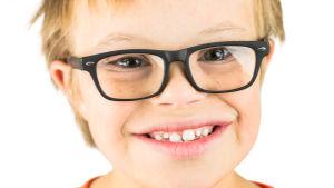 Leende pojke med glasögon