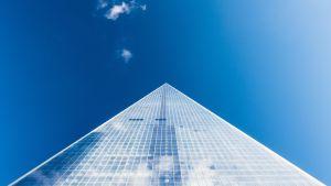 En skyskrapa mot en blå himmel.