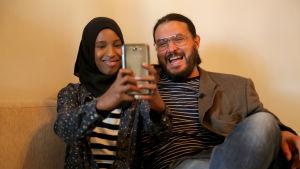 Rian Mahdi och programledare Peter Al Fakir tar en selfie i det tredje avsnittet av Dom kallar oss invandrare