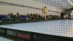 Publiken i Ingman Arena sitter längs ena långsidan.