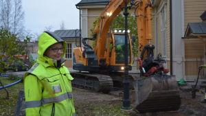 Arkeolog Maija Helamaa följer med grävarbetena vid Jakobstads kyrka