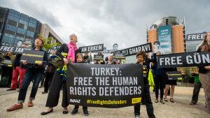 Aktivister protesterar i Bryssel mot Turkiets beslut att åtala elva människorättsförsvarare