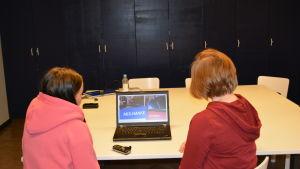 Sandra och Jenni har gjort ett bildspel med texter om utbildningen i Jakobstad