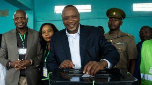 President Uhuru Kenyatta röstar i presidentvalet.