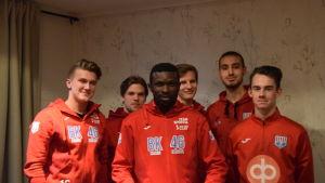 Nya tränaren Babatunde Wusu tillsammans med några av BK-46:s unga spelare.