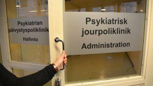 Dörren till psykiatriska jourpolikliniken i Borgå.