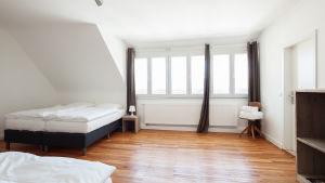 Vindsrum med parkett och två sängar