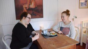 Janita Nuutilainen och Noora Vanhala dricker kaffe i gamla stan i Borgå