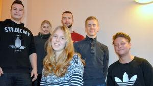 Elliot Ahlskog, Wilhelmina Syrenius, Heidi Kaarto, Elias Berglund, Ville Toivari och Karl Håkans är elever i årskurs två och tre vid Vasa övningsskolas gymnasium.