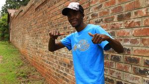 Mathew livnär sig som gatuförsäljare i Harare i Zimbabwe