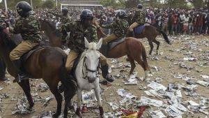Kravallpolis i Nairobi inför presidentinstallation.