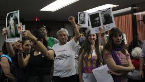 Anhöriga och tortyroffer firar att flera människor dömdes för brott mot mänskligheten under den argentinska militärjuntans styre.