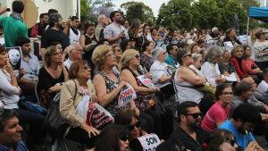 Folksamling utanför domstolsbyggnaden i Buenos Aires väntar på att föra höra domen mot flera tidigare officerare som åtalas för tortyr och mord under militärjuntans tid vid makten.