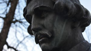 Närbild av statyn av Josef Julis Wecksell i Åbo.