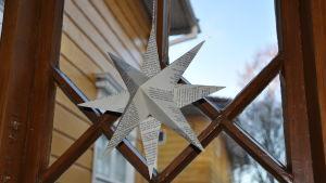 Julstjärna i fönstret på museet ett hem.