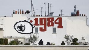 1984 och ett öga sprayat på vit husvägg i Paris