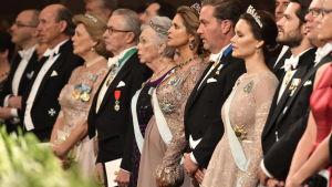 Gäster på Nobelfesten står i rad.
