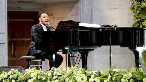 John Legend uppträder under Nobelceremonin i Oslo.
