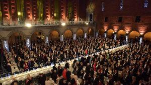 Människor runt borden under Nobelbanketten.