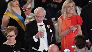 Sveriges kung håller i ett glas.