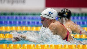 Jenna Laukkanen simmar bröstsim i en bassäng.