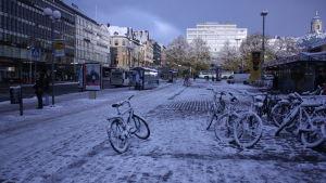 salutorget i Åbo med ett tunt lager snö på cyklar och torgstenar.