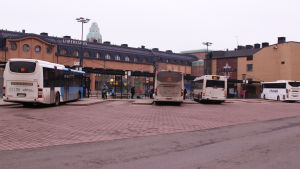 Bussar vid Elielplatsen.