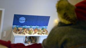 Tomten tittar ner från loftet på Camillas julby.