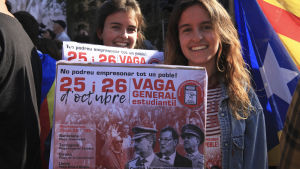 nuoria tyttöjä mielenosoituksessa