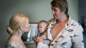 Pappan ,mamman och babyn i Napapiirin sankarit 2.