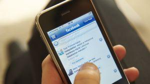 älypuhelin, näytössä Facebook