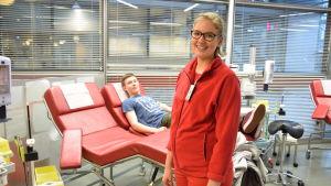 Sjuksköterskan Johanna Sarkama och blodgivaren Juuso Hämäläinen