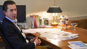 Jan D. Oker-Blom sitter på kontoret