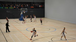 Män tränar basket inomhus i bollhallen i Åbo.