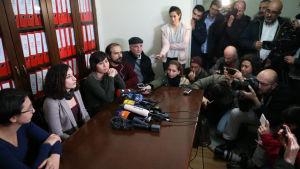 Den turktyska journalisten Mesale Tolu är en av fem journalister som nyligen frigavs i Turkiet men som inte får lämna landet