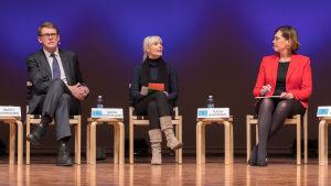 Valdebatt i Uleåborg den 10 januari, på bilden Matti Vanhanen (C), Laura Huhtasaari (Sannf) och Tuula Haatainen (SDP).