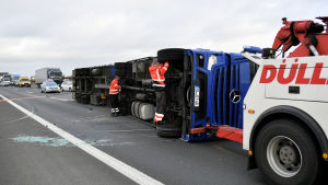 En långtradare bärgas i Tyskland efter stormen.