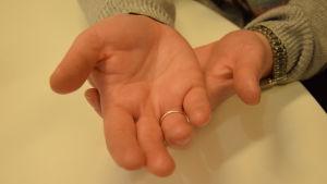 Två händer på varann med handflatorna uppåt.