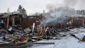 Den totalförstörda radhuslängen på Gumnäsvägen i Pojo.