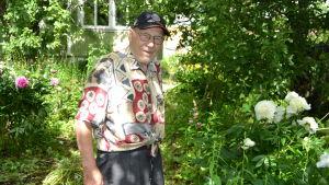 Bruno Österlund, 92 år, i sin prunkande trädgård i Ekenäs