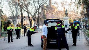 Polisen slog en ring runt Kataloniens regionala parlament i Barcelona inför dagens omröstning