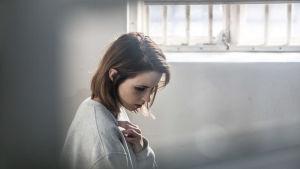 Fången ;Linda i sin cell i vitt ljus i isländska tv-serien Fångar