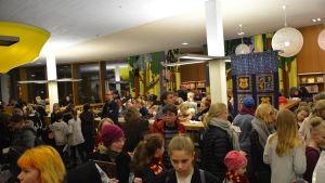 Många barn tränger sig under Harry Potter-evenemang i Åbo.