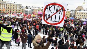 Tusentals personer deltar i fackförbundens manifestation mot aktiveringsmodellen för arbetslösa.