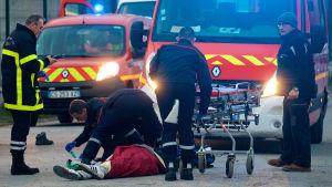 Räddningstjänsten hjälper en skottskadad man.