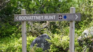 Skylt för Bodvattnet runt - vandringsled i Korsholms skärgård.
