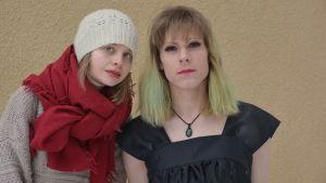 Närbild på Meena Lindroos och Elsa Tauria.